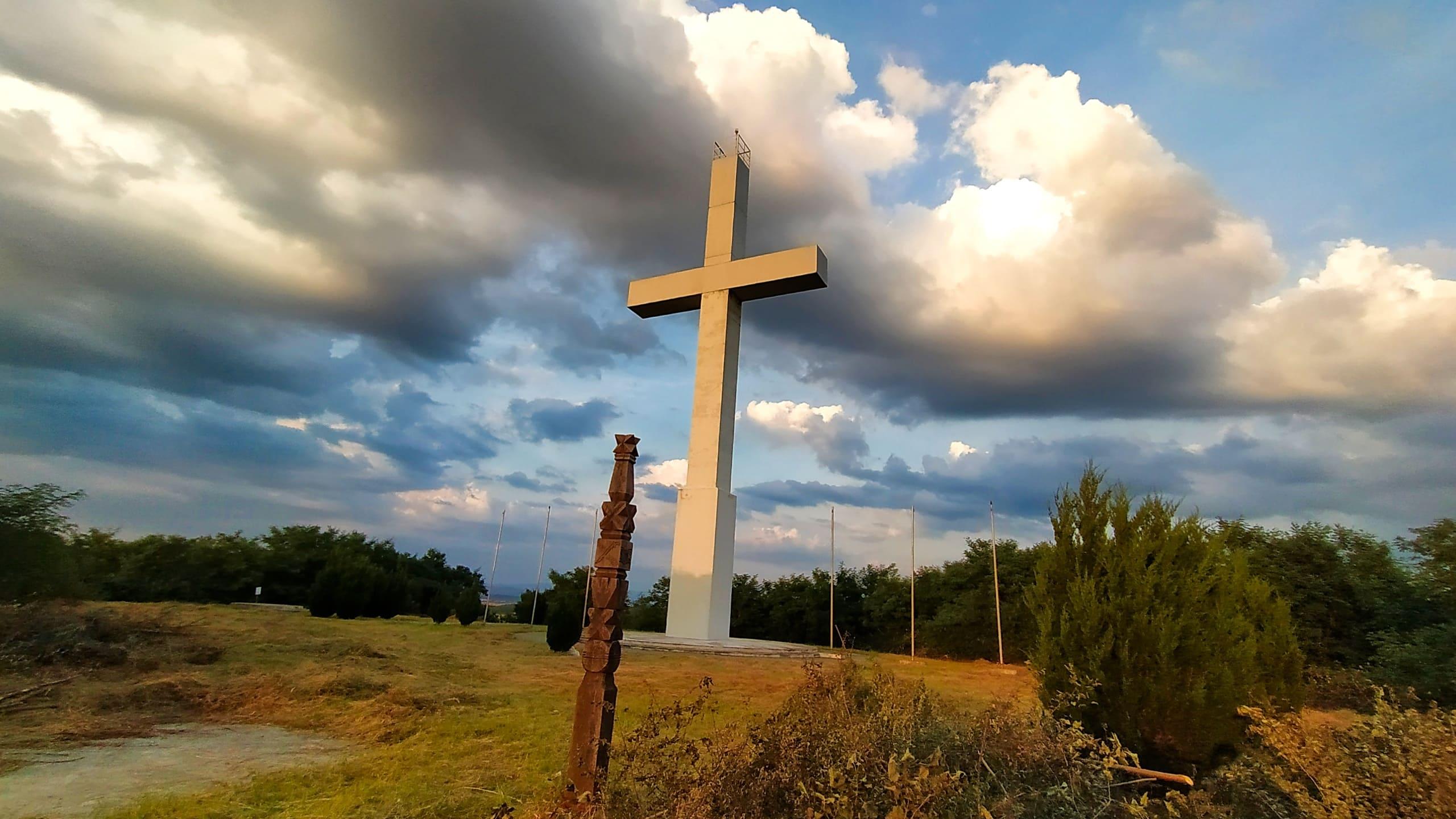 Найбільший хрест в Україні, в селі Дерцен.